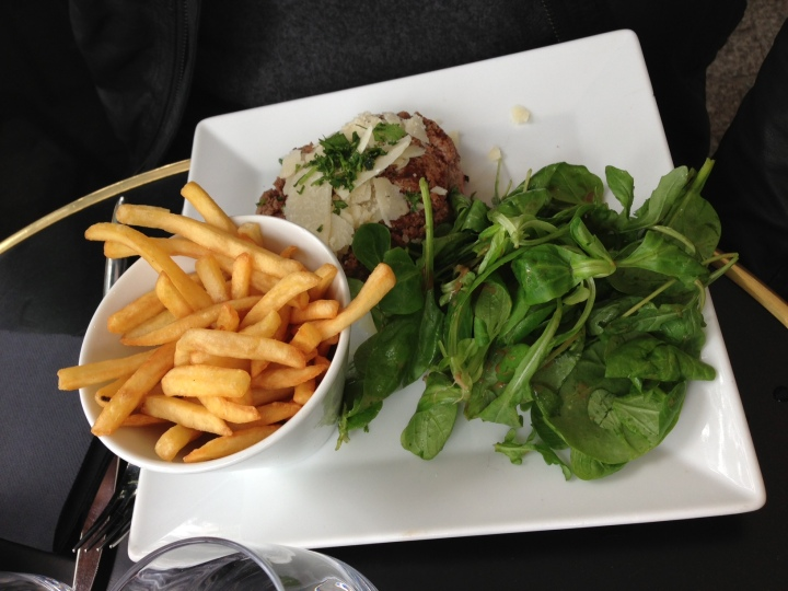 tartare de bœuf charolais aller-retour aux herbes et parmesan - la verrière - les restos de boulogne
