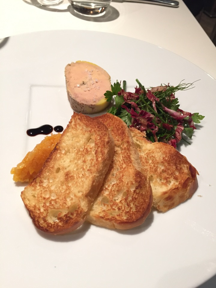 foie gras de canard mi cuit au torchon, chutney d'abricots 86 coté studio
